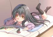 絵本を読む幼女