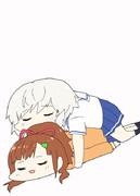 メイちゃんの上で寝るタマちゃん