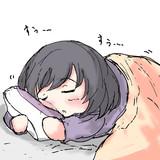 うつ伏せで寝る白菊ほたる