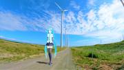 風力発電機の傍を歩く