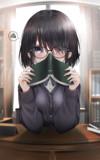 本で顔を隠す
