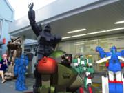 ロボットの町の駅前風景