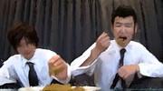 食事をする2人の男。