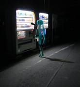 夜の自販機にミクさん
