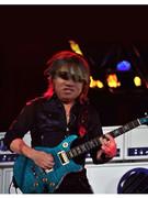 ギターを弾くKBTIT