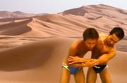 砂漠で助けあう先輩後輩