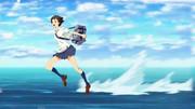 沖をかける少女