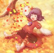 落ち葉で遊ぶ神奈子ちゃん