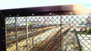 日中版電車と線路と柵