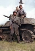 二人の青年兵士と九七式軽装甲車 テケ(冩眞彩色)
