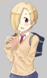 焼きそばパンを頬張る白坂小梅(16)