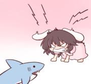 IKEAのサメを激しく威嚇する因幡てゐ