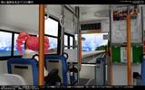 海岸道路を走るバスの車内