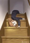 寝ながら階段を降りる望月