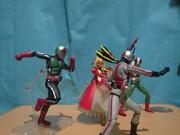 恐怖の武器が三人ライダーを狙う