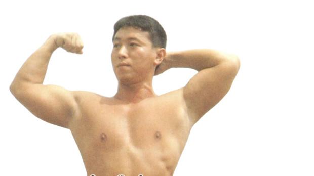 誇らしげに己が筋肉を見せつける鈴木(淫夢)