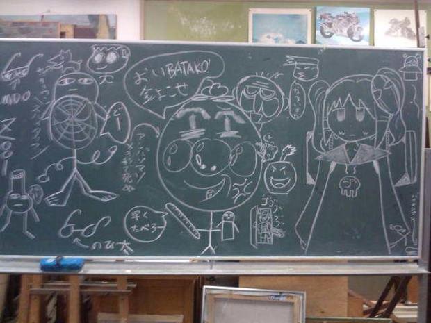 暇だったから部員四人で黒板にカオスに落書きしてみた