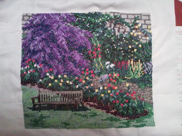椅子のある花園