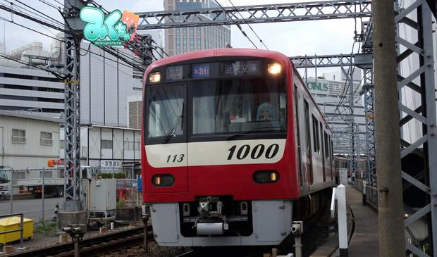 横浜駅付近の踏切にて
