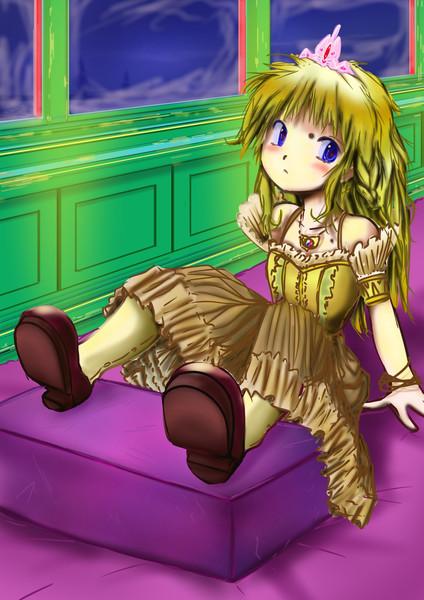 機関車トーマスのパーシー客車でお姫様ドールが枕に脚を投出し睨む図
