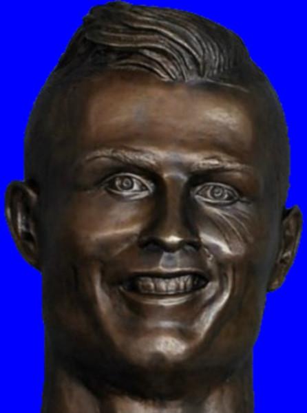 自分をクリスティアーノ・ロナウドだと思いこんでいる銅像BB