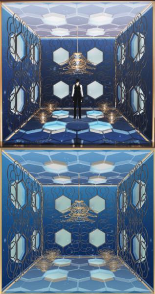シャンデリアと夜空のある部屋