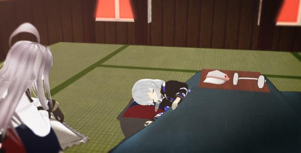 こたつで寝ているヴェールヌイをみるガングート