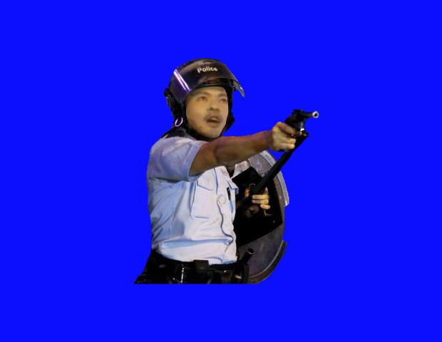 デモ隊に拳銃を向けるMUR大先輩BB
